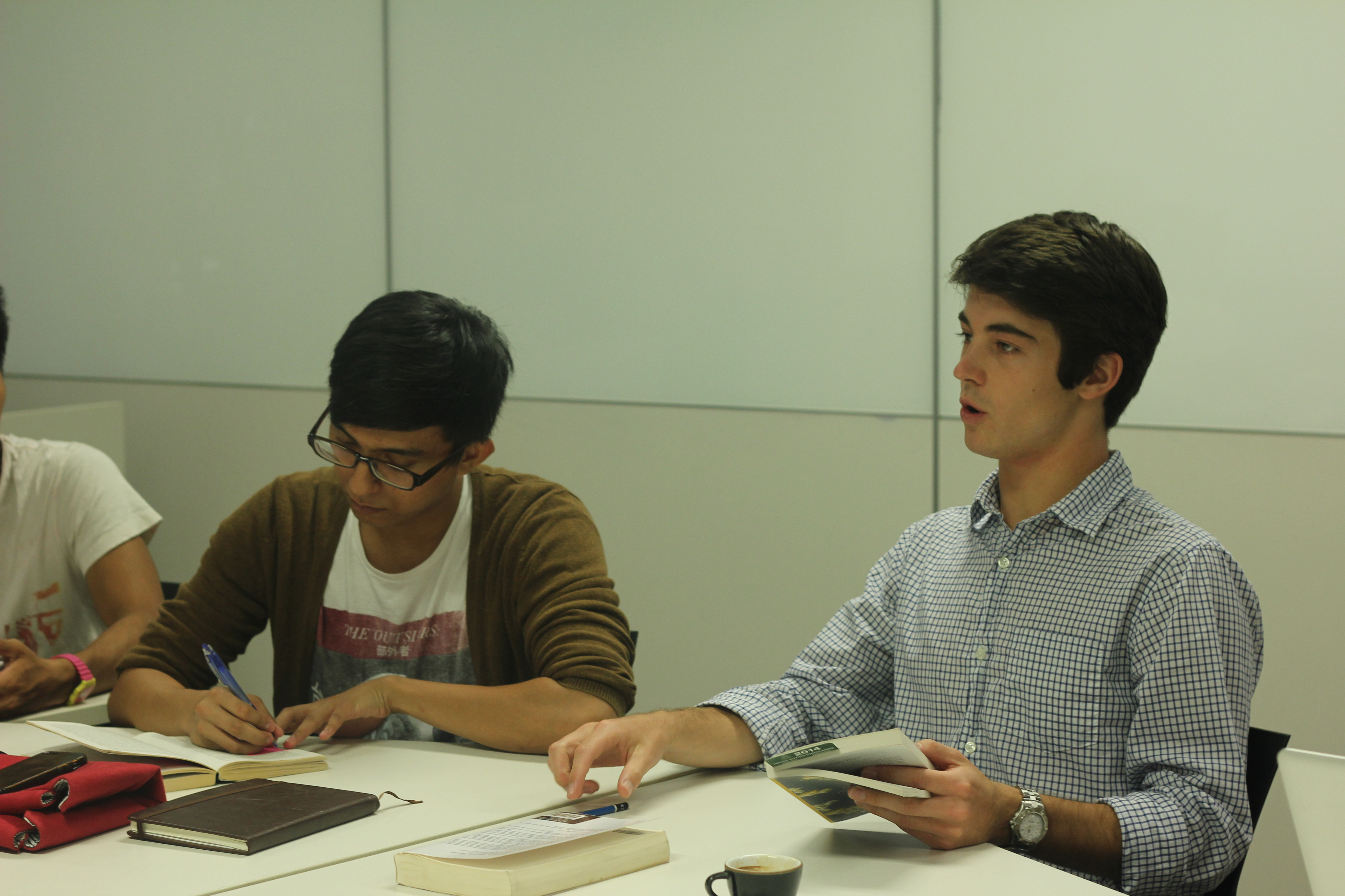 Yale-NUS sophomores in discussion during a short course. (Aleithia Low)
